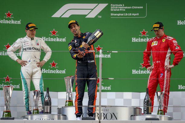 Valtteri Bottas ja Kimi Räikkönen seurasivat vierestä, kun Daniel Ricciardo otti huikat kengästä.