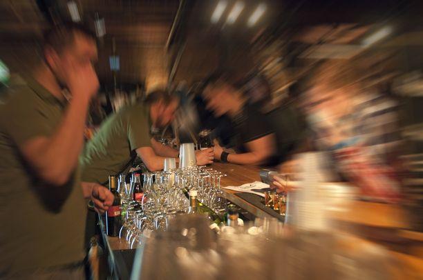Tarkastuskäynneillä valvottiin myös alkoholilain noudattamista. Kuvituskuva.