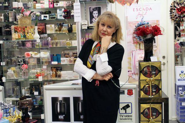 Rosengårdin ostoskeskuksessa kosmetiikkayrityksen omistava Ella Hellsten kertoo pelkäävänsä päivittäin turvallisuutensa puolesta.