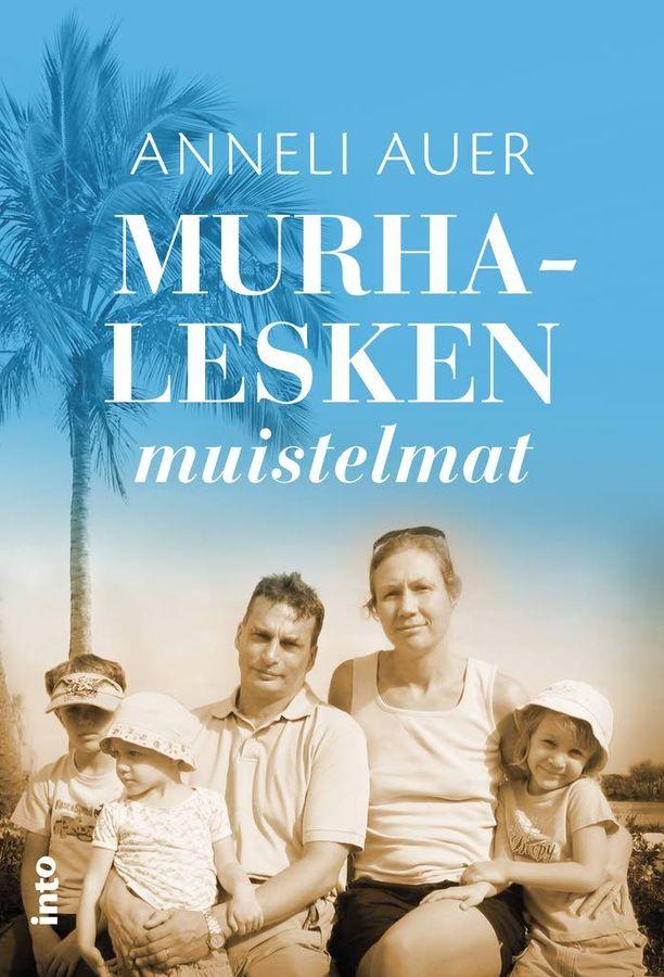 """Syksyllä ilmestyvässä Murhalesken muistelmat -kirjassa Auer kertoo, kuinka hän menetti """"ensin aviomiehensä, sitten lapsensa, maineensa ja elinkeinonsa""""."""