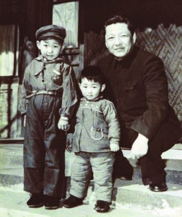 Viisivuotias Xi Jinping (vas.) nuoremman veljensä ja isänsä Xi Zhongxunin kanssa vuonna 1958.