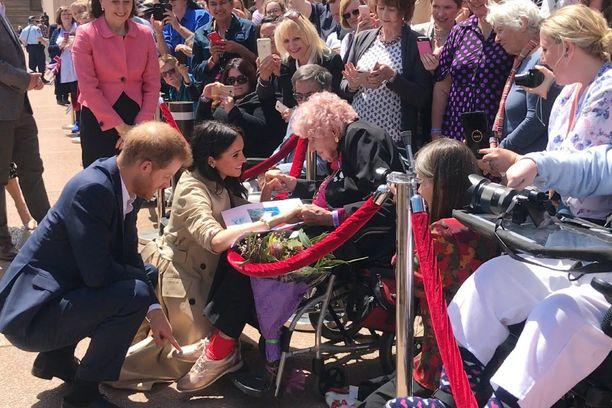 Prinssi Harry ja herttuatar Meghan tapasivat 98-vuotiaan kuninkaallisfanin Daphne Dunnen.