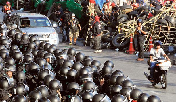 KARU TILANNE Mielenosoitukset ovat muuttuneet osin mellakoiksi, joissa on kuollut kymmeniä ihmisiä. Kuva on Silom-kadulta, samalta missä Finnairin toimisto sijaitsee.