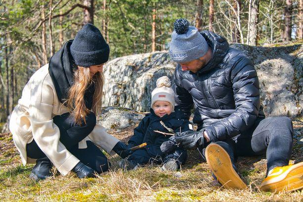 Jenna, Ella ja Mikko Hernetkoski ulkoilevat paljon koko perheen kesken.
