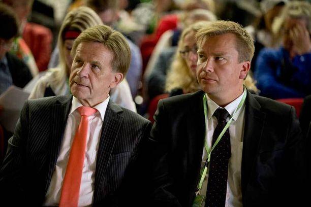 Keskustan Mauri Pekkarisen johtama talousvaliokunta puoltaa Fennovoiman ydinvoimaa, puoluetoveri Antti Kaikkonen jätti asiasta vastalauseen.