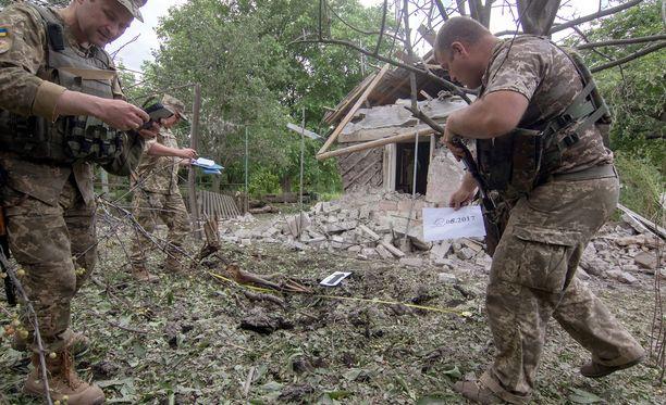 Ukrainan joukkojen sotilaat tarkastivat viime viikolla separatistialueelta tulleen tulituksen tuhoja.