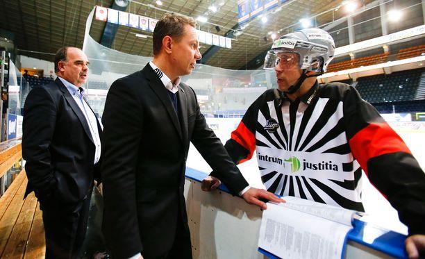 Päätuomari Petri Lindqvist kävi keskustelua Tapparan valmentajan Jussi Tapolan kanssa, kun toimitusjohtaja Mikko Leinonen (vas.) kävi käsiksi Lindqvistiin.