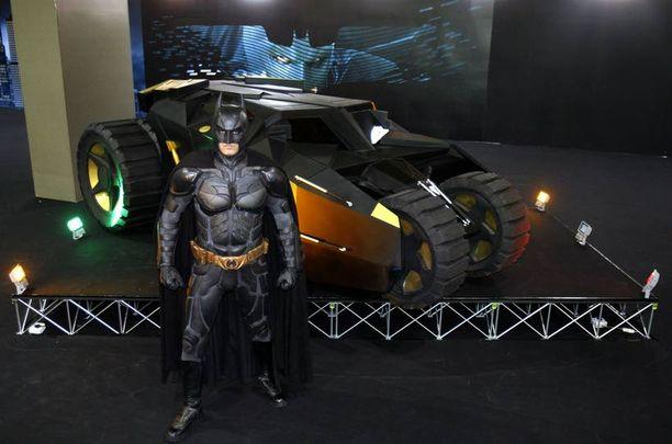 AUTO KUIN TANKKI Yksi Kuala Lumpurin kansainvälisten automessujen vetonauloista on kuvan Batmobile, joka on esiintynyt kahdessa uusimmassa Batman-leffassa.