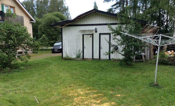Myrsky kaatoi puun autotallin päälle viikko sitten Hollolan Herralassa.