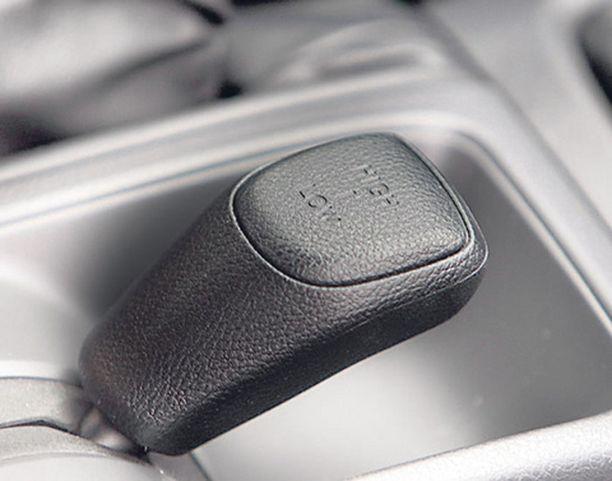 VAIHDE Maastoautoista tuttu alennusvaihde eli vaihteiston puolittaja on harvinaista herkkua henkilöautossa. Vaununvetäjän unelma.