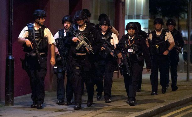 Poliisit liikkuivat suurissa ryhmissä.