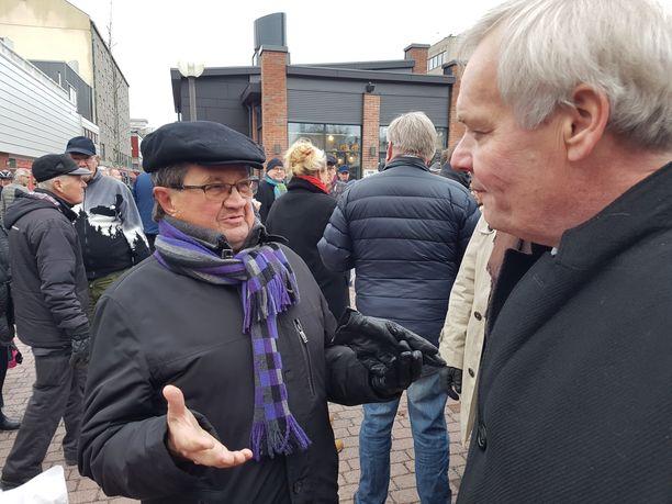 Pääministeri Antti Rinne tapasi kansalaisia Porissa viime lauantaina. Kuvassa hän keskustelee porilaisen Esko Honkalan kanssa. Puoluevaltuustossa pitämässään puheessa Rinne lupaili lisää rahaa eläkkeisiin.