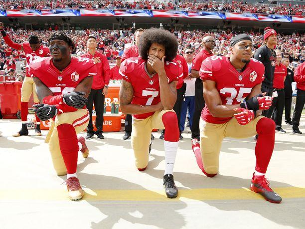 Colin Kaepernickin (keskellä) NFL-ura päättyi tähän rituaaliin.