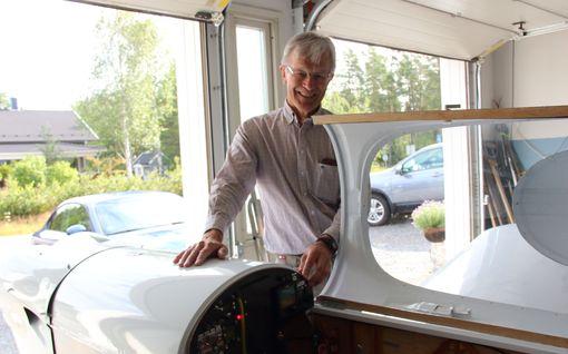 """Erkki Tanhua, 66, rakensi eläkkeellä lentokoneen omakotitalon autotallissa: """"Aiemmin en ollut rakentanut oikeastaan mitään"""""""