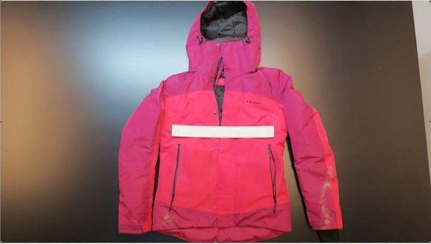 Opiskelijanaisen isä löysi samana päivänä maastosta tyttärensä takin, joka on kuvassa.
