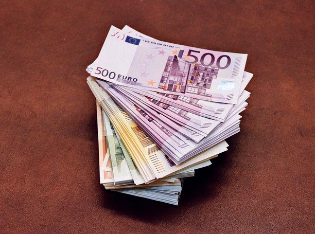 Iäkäs pariskunta joutui huijauksen kohteeksi, ja heiltä vietiin kymmeniätuhansia euroja rahaa. Kuvituskuva.