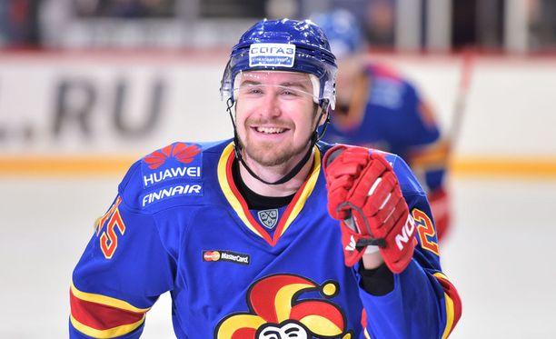 Hattutemppu hymyilytti Pekka Jormakkaa.