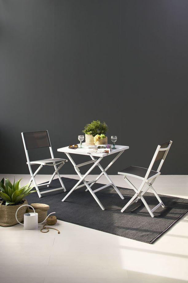 Iskun Aspen-tuoli ja -pöytä ovat taitettavia. Saatavina valkoisena tai mustana. Materiaali alumiini ja istuimessa ja selkäosassa texline. Aspen-taittotuoli 99,- ja Aspen-taittopöytä 219,-.