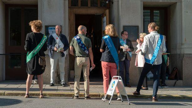 Puolueiden edustajat päivystivät äänestyspaikkojen edustalla lipukkeita jakamassa.