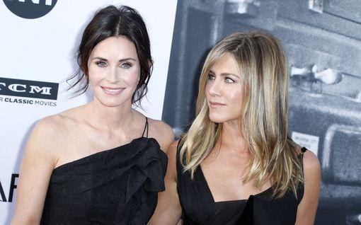 Jennifer Aniston vieraili Courteney Coxin luona eristyksessä – ilahduttivat faneja videolla