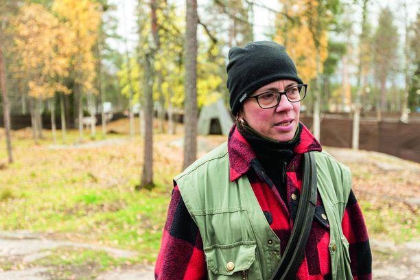 Johanna Kiviniemi huolehtii Maijasta ja Maijan veljestä Jussista Joulupukin Pajakylässä.