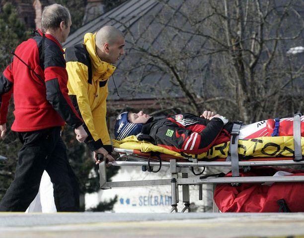 Itävallan Andreas Buder poistui rinteestä paareilla sairaalaan.