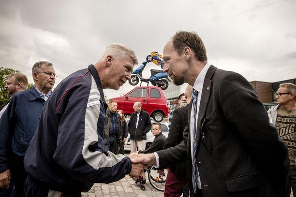 Perussuomalaisten eduskuntaryhmän kesäkokous pidettiin kesällä 2017 Hyvinkäällä. Tuore puheenjohtaja Jussi Halla-aho kohtasi torilla Jari Räsäsen. Hyvinkää on yksi nukkuvien äänestäjien R-junavyöhykkeen kaupungeista.