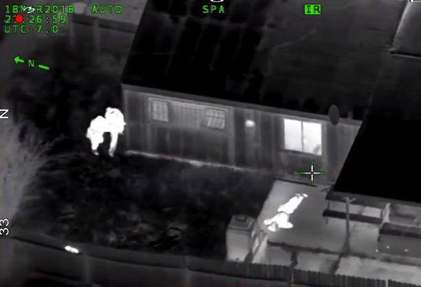 Videolla näkyy, miten poliisit pysyttelivät kaukana ammuttuaan Clarkia, joka makaa isoäitinsä kodin terassilla vakavasti haavoittuneena.
