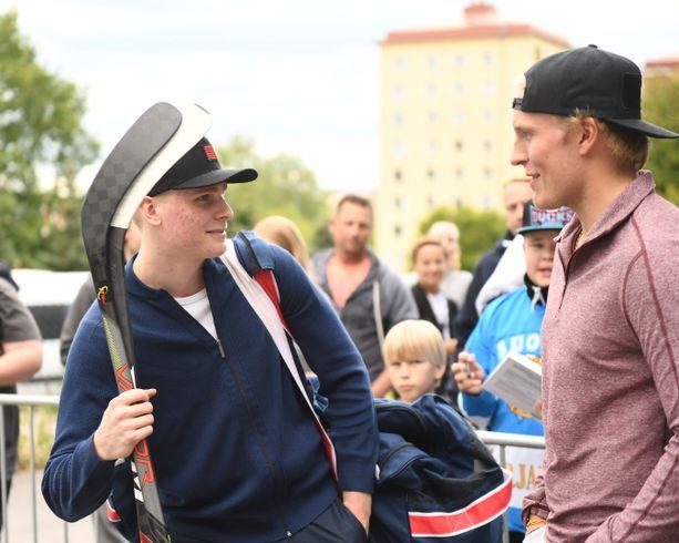 Suomi-kiekon suursuosikit Kaapo Kakko ja Patrik Laine tapasivat Lahdessa.