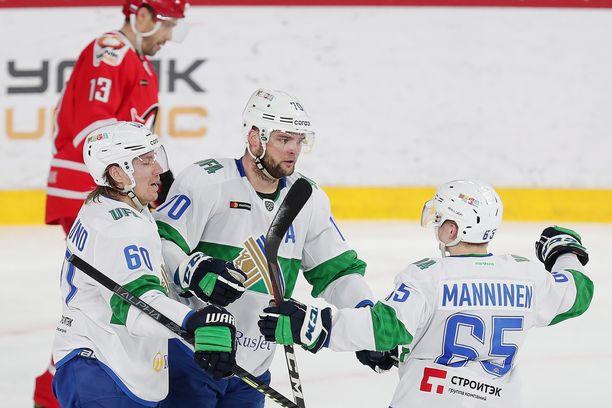 Teemu Hartikainen (keskellä), Markus Granlund ja Sakari Manninen muodostavat yhden KHL:n parhaista ketjuista.