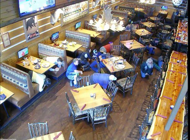 Ravintola on moottoripoyöräjengien suosiossa. Poliisi kehotti juottolaa sulkemaan, kun tieto moottoripyöräjengiläisten kokoontumisesta tuli. Twin Peaks ei kuitenkaan välittänyt varoituksista.