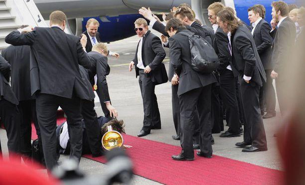 Pasi Nurminen mätkähti MM-kultapokaalin päälle vuoden 2011 kultajuhlissa Helsinki-Vantaan lentoasemalla.
