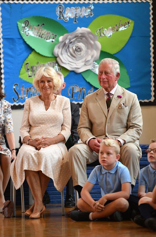 Prinssi Charles ja herttuatar Camilla jäivät kuuntelemaan koulun kuoron laulua.