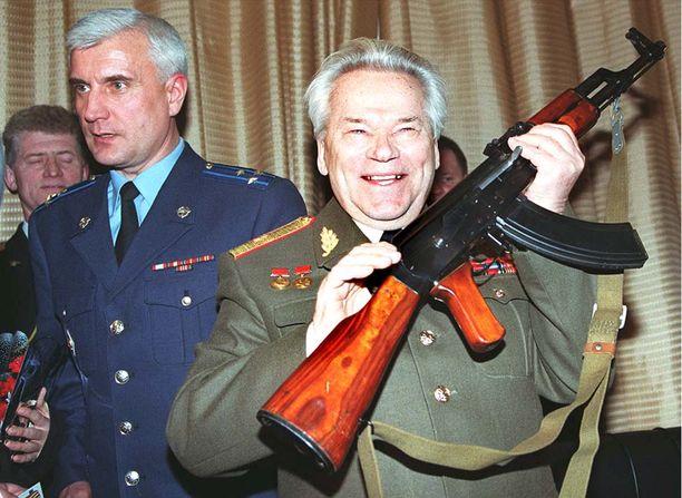 Mikhail Kalashnikov kuvattiin AK-47 -rynnäkkökiväärin kanssa Moskovassa 1997.
