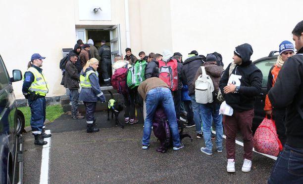 Tornion järjestelykeskukseen jonotettiin tiistaina. Virkavalta valvoi järjestystä.