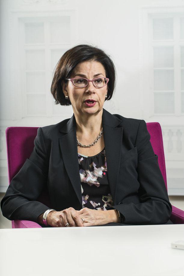 OKM:n kansliapäällikkö Anita Lehikoinen kertoo yllättyneensä Mika Tammilehdon päätöksestä vetäytyä ylijohtajakisasta ja lähteä ministeriöstä.