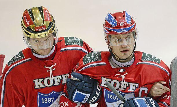 Ville Peltosen talutettiin taklauksen jälkeen vaihtoaitioon.