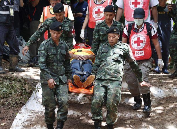 Thaimaan armeijan lääkintämiehet harjoittelevat mahdollista pelastusoperaatiota.
