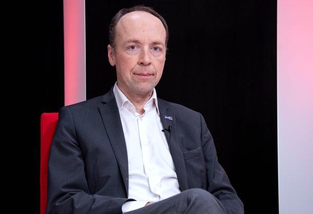 Perussuomalaisten puheenjohtaja Jussi Halla-aho ei kannata hallituksen esittämiä liikkumisrajoituksia.