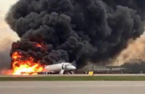 Aeroflotin lento kaarteli Moskovan yllä hetken aikaa ennen kuin se teki hätälaskun.