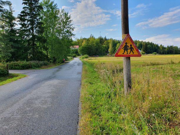 Lapsista varoitellaan useaan otteeseen Vanhanunnantiellä Kaarinan Piikkiössä.