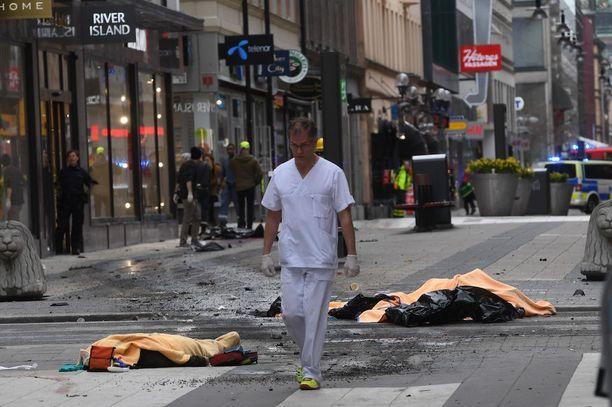 Kuorma-auto ajoi ihmisjoukkoon Tukholman keskustassa.