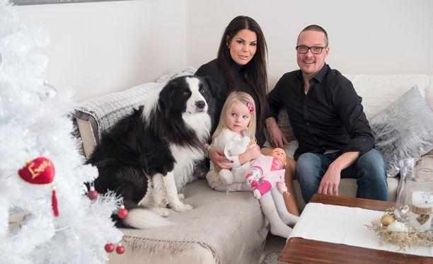 Suvi ja Marko poseerasivat Iltalehdelle jouluna yhdessä kolmivuotiaan Safinan kanssa Herttoniemenrannassa.