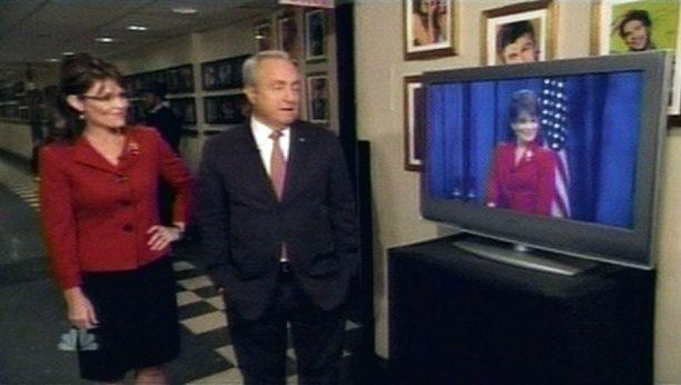 """Sarah Palin (oik.) katsoo Saturday Night Liven tuottajan Lorne Michaelsin kanssa """"kaksoisolentonsa"""" tv-esiintymistä."""