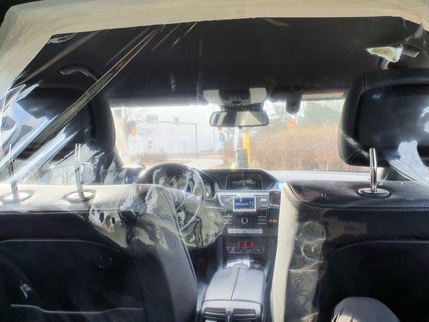 Tältä näyttää matkustajan paikalta koronasuojatussa taksissa.