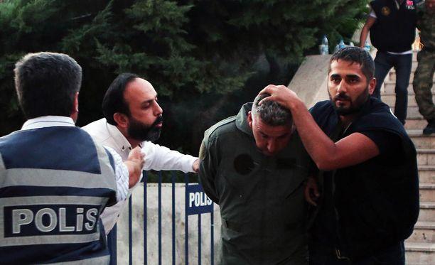Turkin poliisi otti kiinni vallankaappausyritykseen osallistuneen sotilaan.