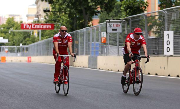 Kimi Räikkönen pyöräili Bakun katuradalla torstaina.