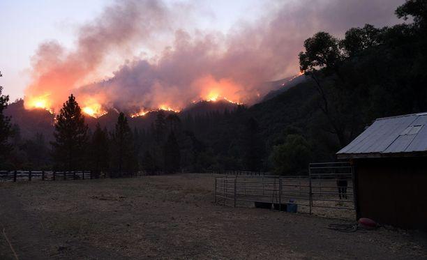 Carr-palo ei ole vieläkään palomiesten hallinnassa.
