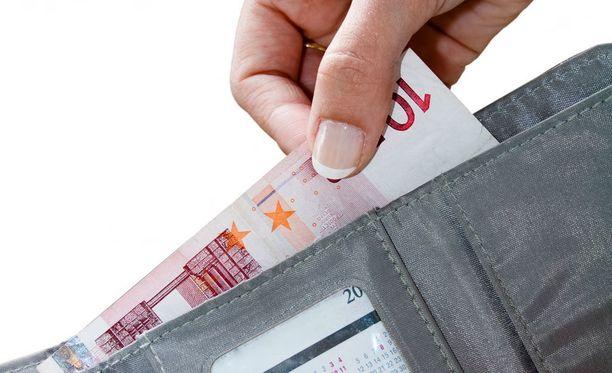 Huomattavan suuria summia ulosoton kautta maksaneelle naiselle myönnettiin velkajärjestely piittaamattomasta velkaantumisesta huolimatta.