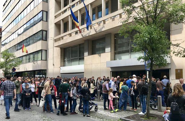 Brysselissä tuhannet romanialaiset joutuivat jonottamaan seitsemänkin tuntia päästäkseen äänestämään maan konsulaattiin.